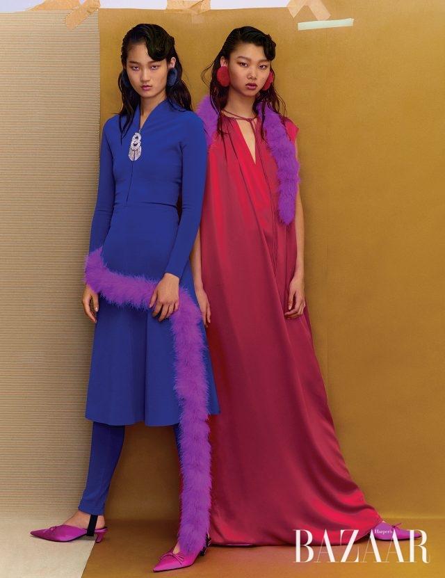 주얼 장식 집업 드레스, 밴드가 연결된 팬츠, 롱 드레스, 깃털 머플러, 핍 토 슬링백 슈즈는 모두 Balenciaga 제품.