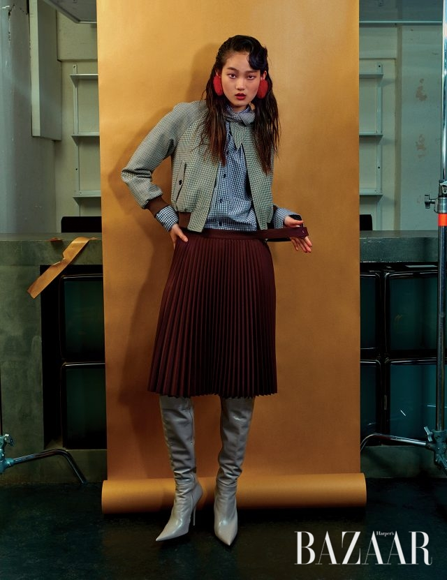 리본 집업 점퍼, 체크 셔츠, 플리츠 스커트, 사이하이 부츠는 모두 Balenciaga 제품.