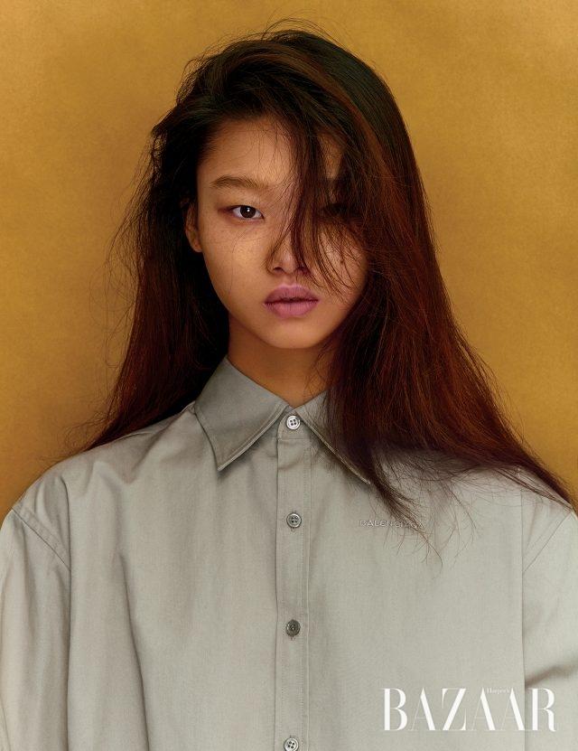 버튼업 셔츠는 Balenciaga 제품.