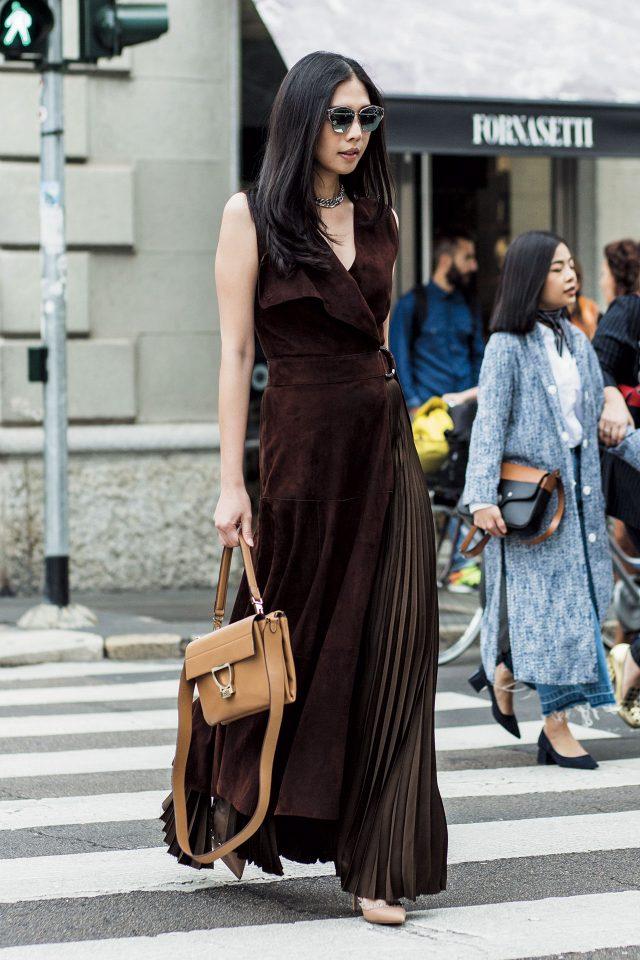 스웨이드 소재 드레스에 미러 선글라스로 도회적인 무드를 연출했다.