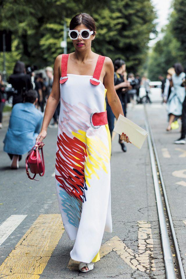 추상적인 프린트의 드레스와 유니크한 선글라스의 매치가 돋보이는 스타일링.