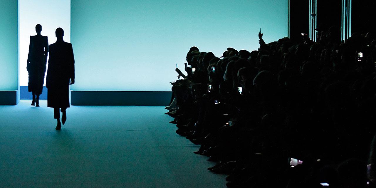 패션쇼는 단지 SNS 업로드용 이벤트가 아니다. 진지한 패션 비즈니스의 현장이자 감성으로서의 본질에 대하여 다시 한 번 생각할 때.