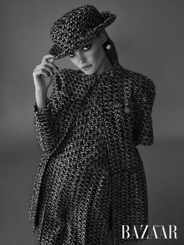 페미닌함과 매스큘린함이 공존하는 클래식한 점프수트 스타일링. 트위드 소재의 점프수트, 레이어드한 반소매 재킷, 같은 소재로 완성한 중산모자, 진주 귀고리는 모두 Chanel Haute Couture 제품.