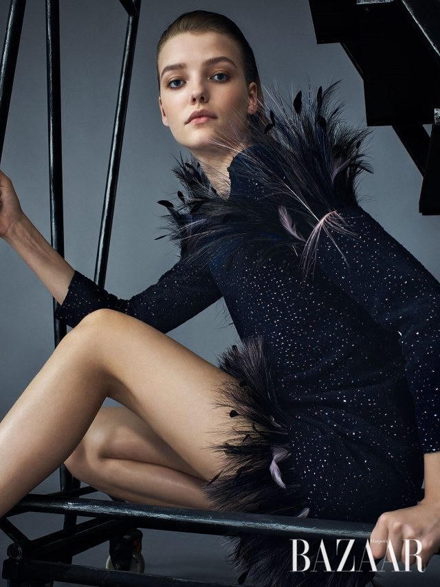 어깨와 헴라인에 깃털을 장식한 트위드 소재 미니 드레스는 Chanel Haute Couture 제품.