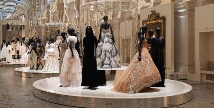 안 보고 후회말자. 세계 각국의 미술관을 장악한 패션 전시.