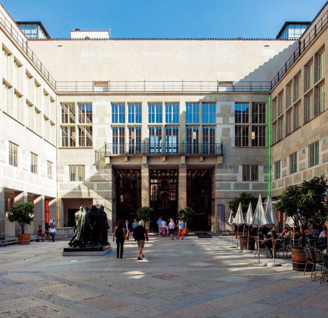 쿤스트뮤지엄 바젤. 유럽에서 가장 오래된 공공미술관이자 바젤 현대미술을 대표하는 곳. 하나의 본관과 2개의 분관에서 방대한 컬렉션과 전시를 소화하고 있다. 본관은 건축가 루돌프 크리스트와폴 보나츠가, 신관은 바젤의 젊은 건축가 그룹 크리스트 & 간텐바인이 설계했다. 현재 상설 전시 작품 이외에도 세잔의 방대한 드로잉과 리처드 세라의 작품 세계에 대한 필름 작품들을 만나볼 수 있다.
