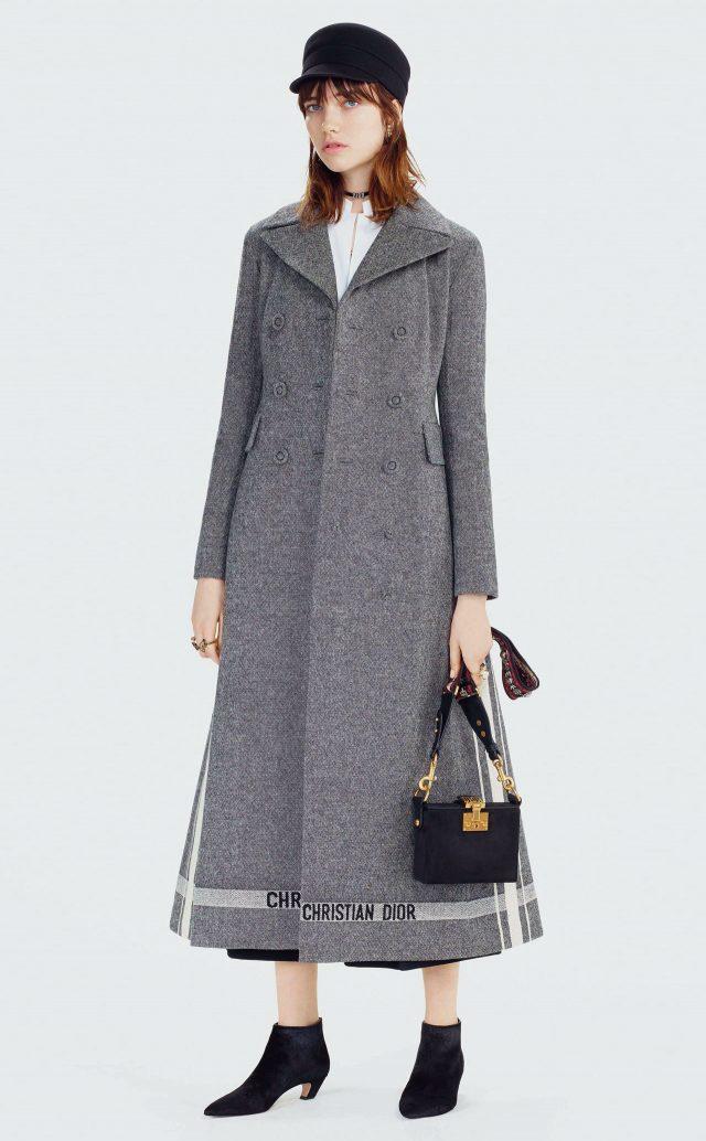 코트의 헴라인에 로고 플레이를 가미한 디올은 클래식한 감성과 소녀 감성이 적절하게 조화를 이룬 모습이다.