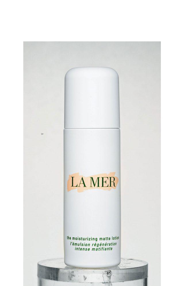 La Mer 수분 캡슐 안티에이징 매트 로션 피부를 땅김 없이 산뜻하게 정돈해주고 해초 발효 원액 미라클 브로스가 영양을 채워준다. 33만원대.