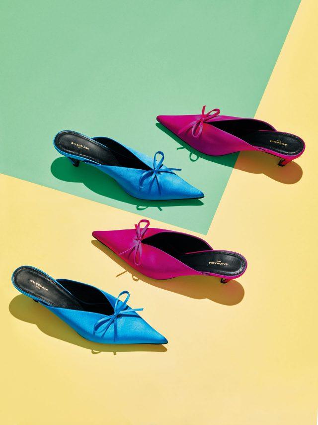 리본 디테일의 새틴 뮬은 가격 미정으로 Balenciaga 제품.