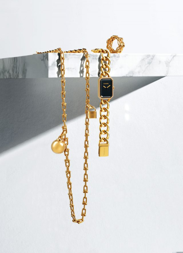 (왼쪽부터) 구슬과 자물쇠 장식이 더해진 '티파니 하드웨어 컬렉션' 랩 네크리스는 가격 미정으로 Tiffany & Co., 케이스에 다이아몬드가 세팅된 '프리미에르 브레이슬릿' 시계는 2천3백50만원으로 Chanel Fine Watch, 영원함의 의미를 담은 '마이용 인피니 드 까르띠에' 반지는 5백60만원대로 Cartier 제품.
