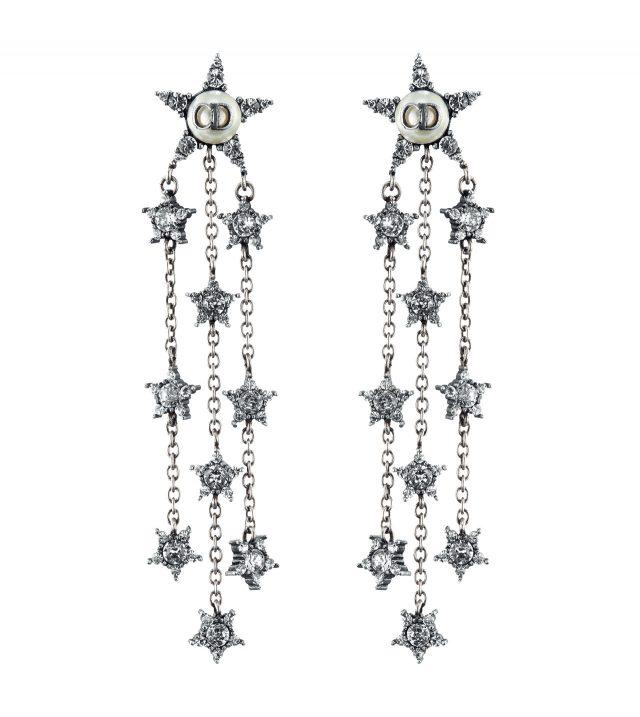 메탈과 주얼 장식으로 화려함을 더한 드롭 귀고리는 가격 미정으로 Dior
