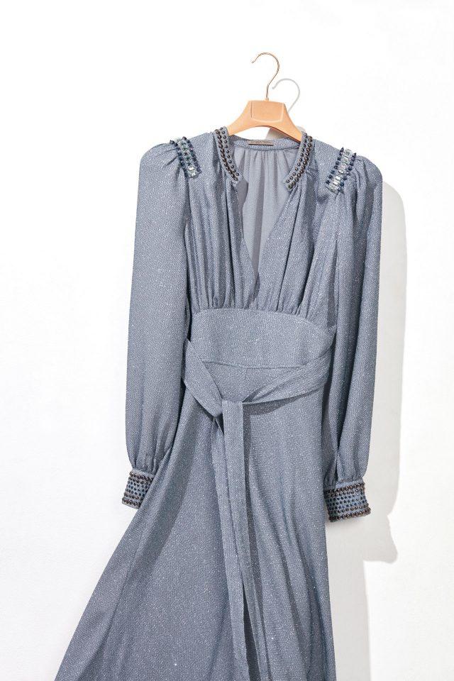 깊이 파인 네크라인의 롱 드레스는 가격 미정으로 Bottega Veneta 제품