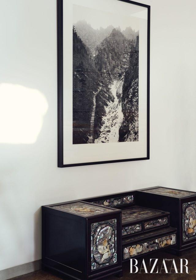 자개장과 한겨울의 금강산을 찍은 작품.