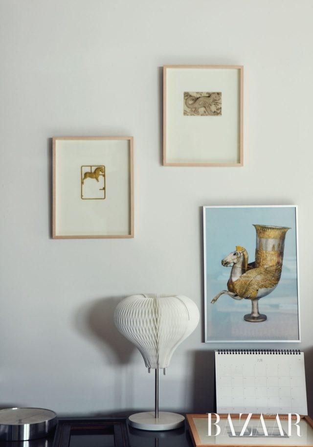 '황금' 연작을 본격적으로 시작하기 전 작가의 머릿속 폴더에 저장되어 있던 관심사를 반영하는 오브제들. 부다페스트 박물관에서 구입한 말 형상의 황금 술잔 포스터와 어느 초등학교 앞에서 주운 말과 용가리 모양의 뽑기.