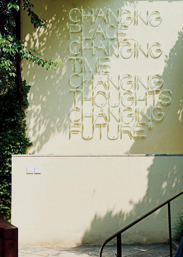 페기 구겐하임 미술관 정원에 설치된 마우리치오 난누치(Maurizio Nannucci), 'Changing Place, Changing Time, Changing Thoughts, Changing Future', 2003