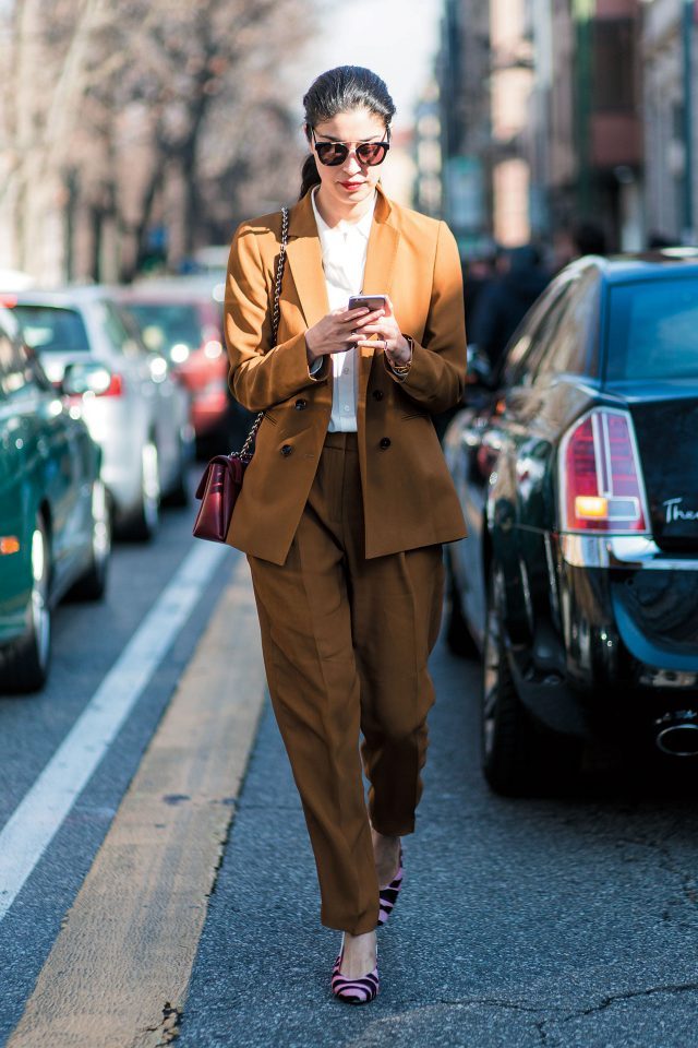 머스터드 컬러의 마시모두띠 수트를 내추럴하게 소화한 패션 에디터 캐롤라인 이사.