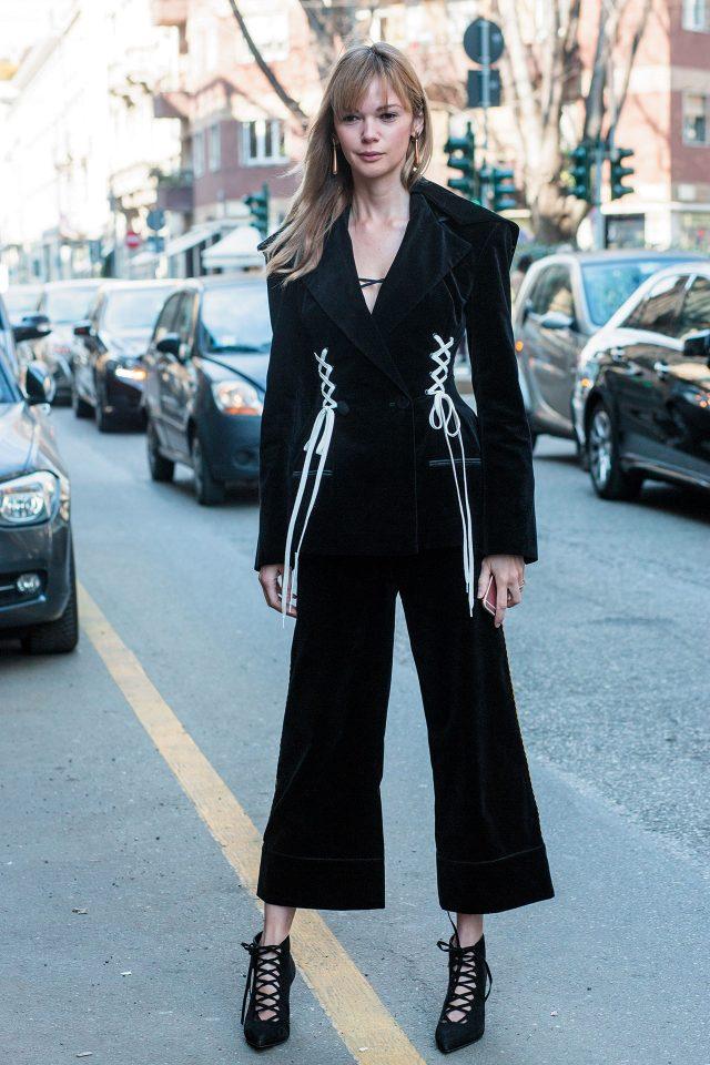 마리아나 센치나의 벨벳 레이스업 재킷과 팬츠로 드레시한 수트 룩을 연출했다.