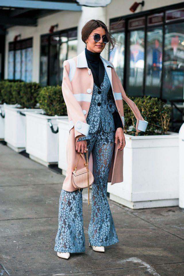 보디라인이 드러나는 섬세한 레이스 수트에 파스텔 톤 재킷과 액세서리를 더해 로맨틱한 스타일을 완성했다.