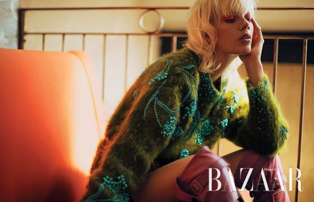 비즈 장식의 앙고라 스웨터, 사이하이 부츠는 모두 Prada 제품.