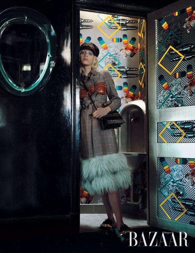 헴라인에 퍼를 장식한 트렌치코트, 가죽 소재 뉴스보이 캡, 프린지 장식의 숄더백, 빈티지한 메탈 장식의 퍼 소재 로퍼는 모두 Prada 제품.
