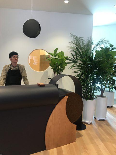 1층 한 켠에 마련되어 있는 커피숍.지금 이곳을 찾으면 1층에 전시되어 있는 의자와 닮은 초콜릿을 함께 증정한다.