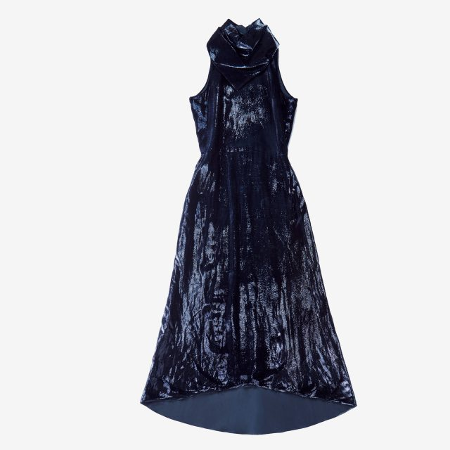 광택감이 돋보이는 홀터넥 롱 드레스는 5백78만원으로 Nina Ricci