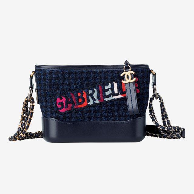 레터링 프린트가 돋보이는 트위드 체인 백은 가격 미정으로 Chanel