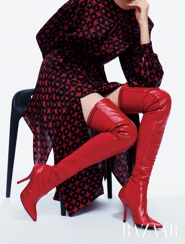 패턴 드레스는 3백4만원, 니트 디테일을 더한 사이하이 부츠는 1백81만원으로 모두 Fendi 제품.