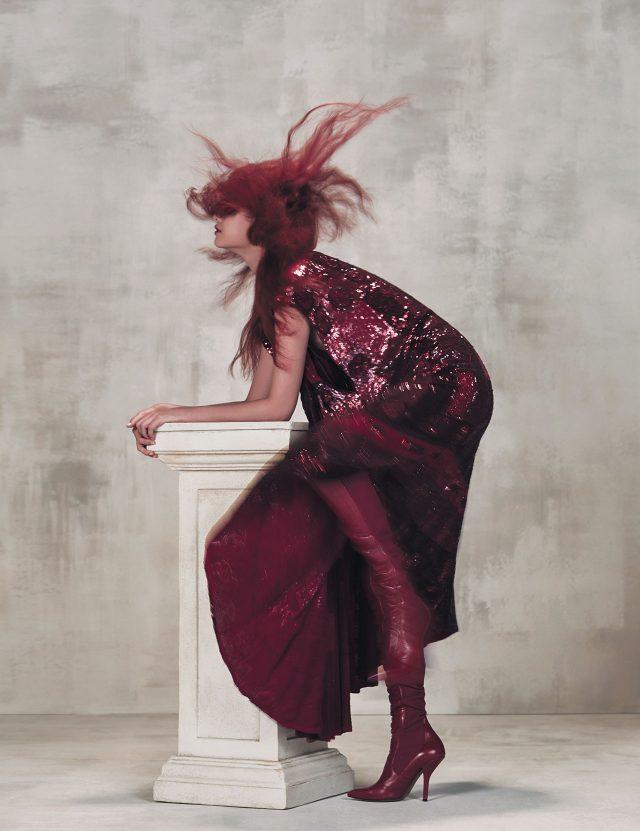 시퀸 장식 드레스는 Valentino, 사이하이 부츠는 Fendi 제품.
