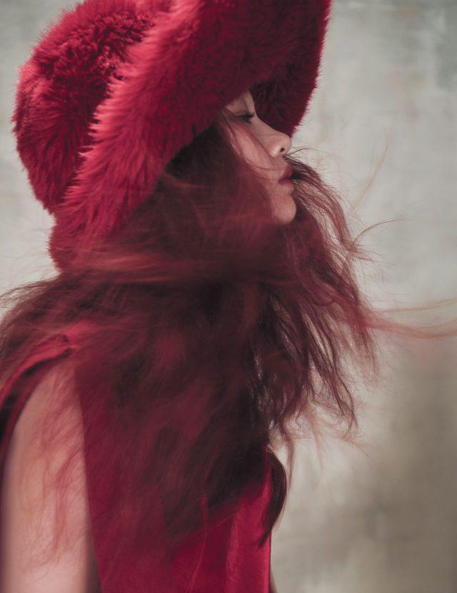 벌키한 모자는 Miu Miu, 리본이 장식된 드레스는 Jinteok 제품.