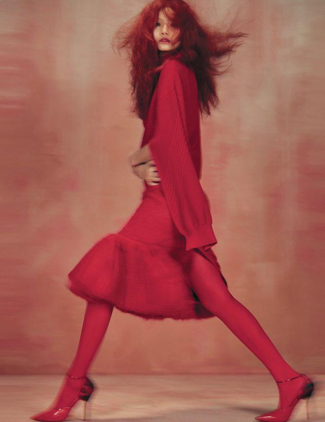 커팅이 독특한 니트 톱은 Versace, 알파카 소재의 머메이드 스커트는 1백70만원대로 Prada, 메탈 앵클 장식이 더해진 스틸레토 힐은 Givenchy 제품.
