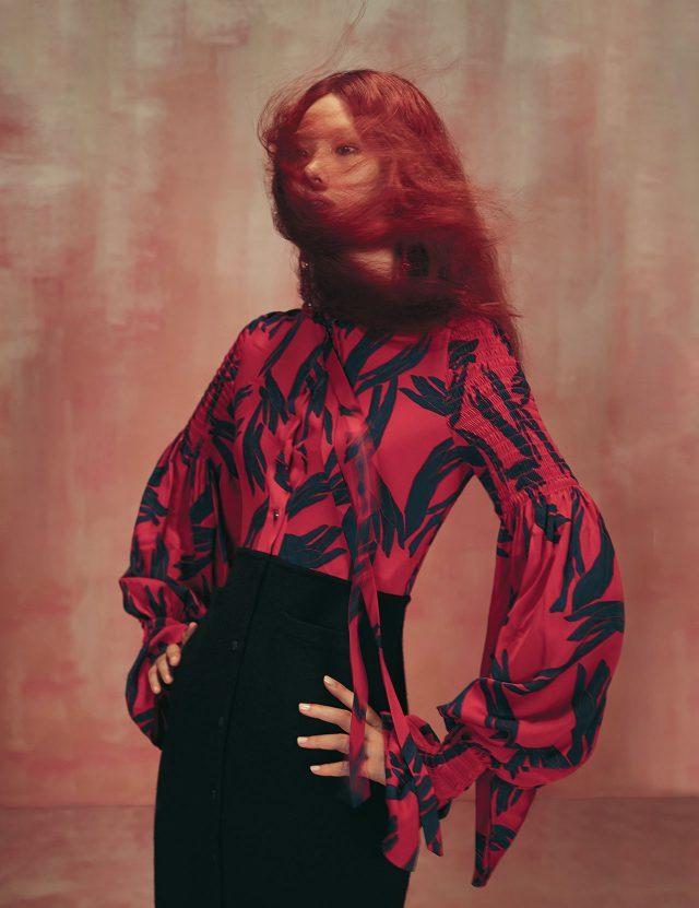 실크 블라우스와 니트 스커트가 연결된 드레스는 Hermès, 드롭 귀고리는 63만원으로 Simone Rocha by Mue 제품.