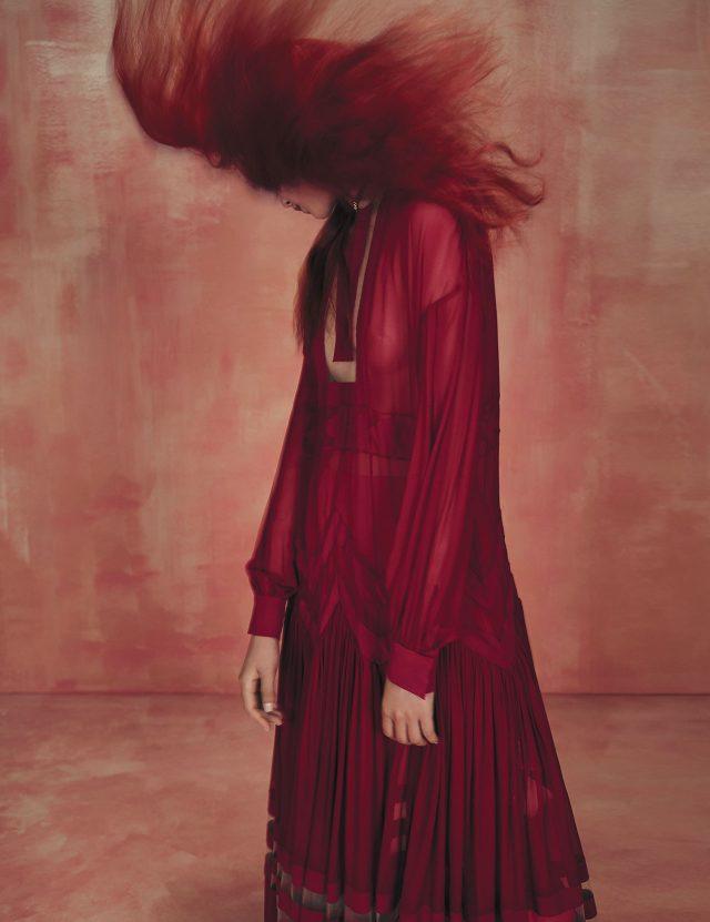 시스루 드레스는 Fendi, 하트 펜던트 초커는 Dior 제품.