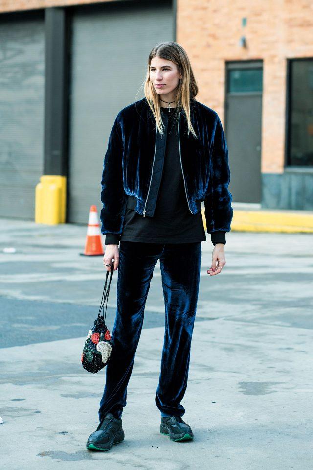 베로니카 헤일브루너가 입은 벨벳 애슬래저 보머 재킷을 기억해둘 것. 이번시즌가장쿨한컬러와소재의 조합으로 활용도가 높다.
