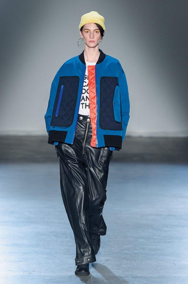 Zadig & Voltaire 톰보이스러운 가을 룩을 연출하고 싶다면 스포티한 오버사이즈 보머 재킷을활용해보자.여기에모자와 주얼리로 약간의 여성성을 드러낼 것.
