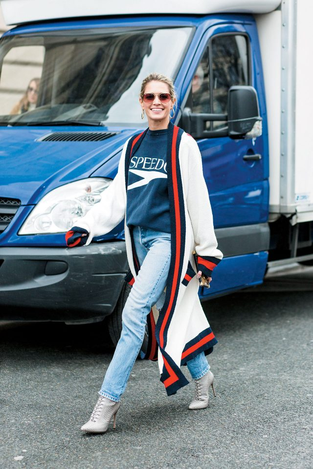 Street of Paris 클래식에 약간의 트위스트를 가미한 구찌 롱 카디건과 레터링 맨투맨 티셔츠, 데님의 쿨한 조합을 보라.