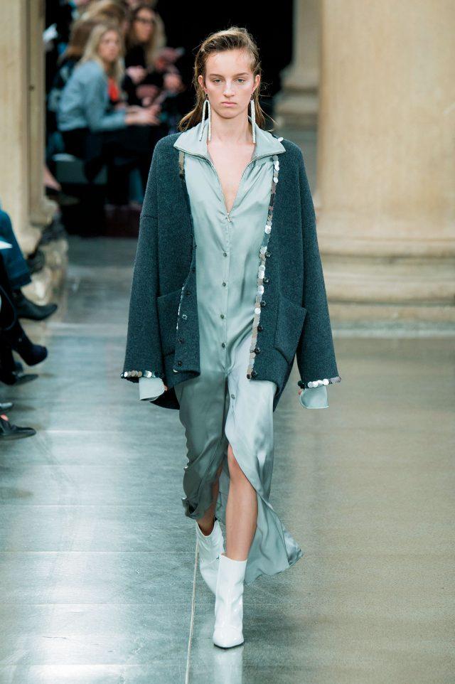 Christopher Kane 실크 드레스 셔츠에 매치한 비슷한 톤의 오버사이즈 니트 카디건은 손쉬우면서도 가장 스타일리시해 보이는 스타일링.