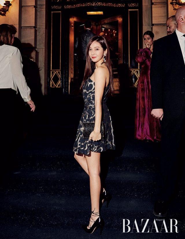 원 숄더 메탈릭 드레스는 2백80만원대로 IsabelMarant, 드롭 귀고리, 클러치 백은 모두 Atelier Swarovski, 스트랩 슈즈는 본인 소장품.