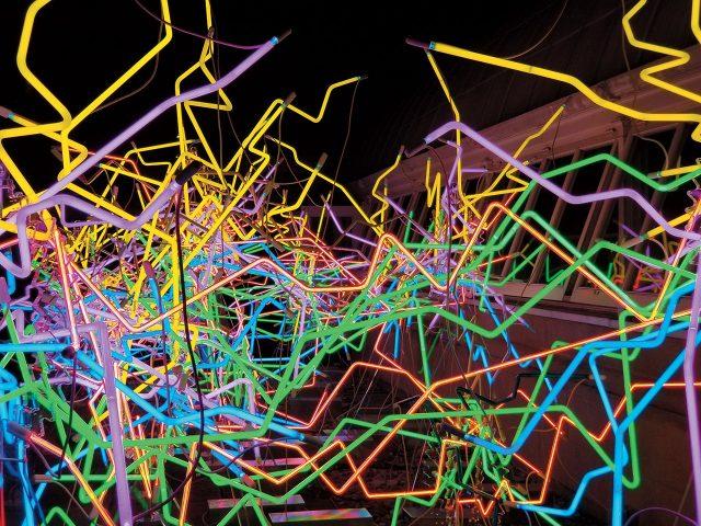 야간에 갤럭시 노트 8로 촬영한 유리 공예 작품.