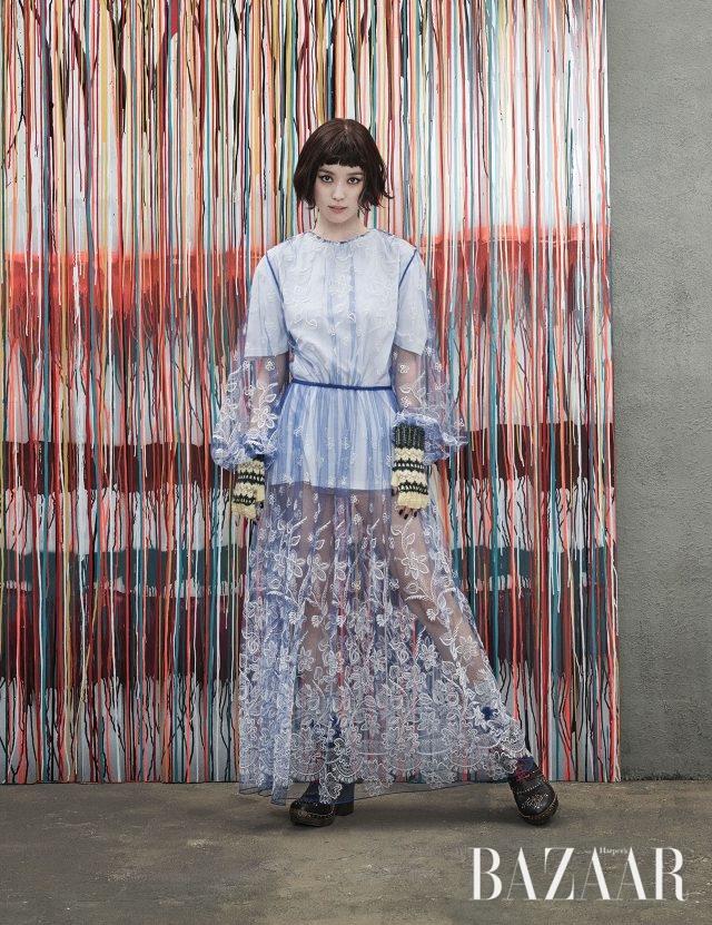 벌룬 소매 디테일의 엠브로이더리 장식 시스루 드레스, 이너로 입은 톱, 레트로 무드의 니트 장갑, 니트 양말, 프린지와 스터드 장식의 앵클부츠는 모두 Burberry 제품.