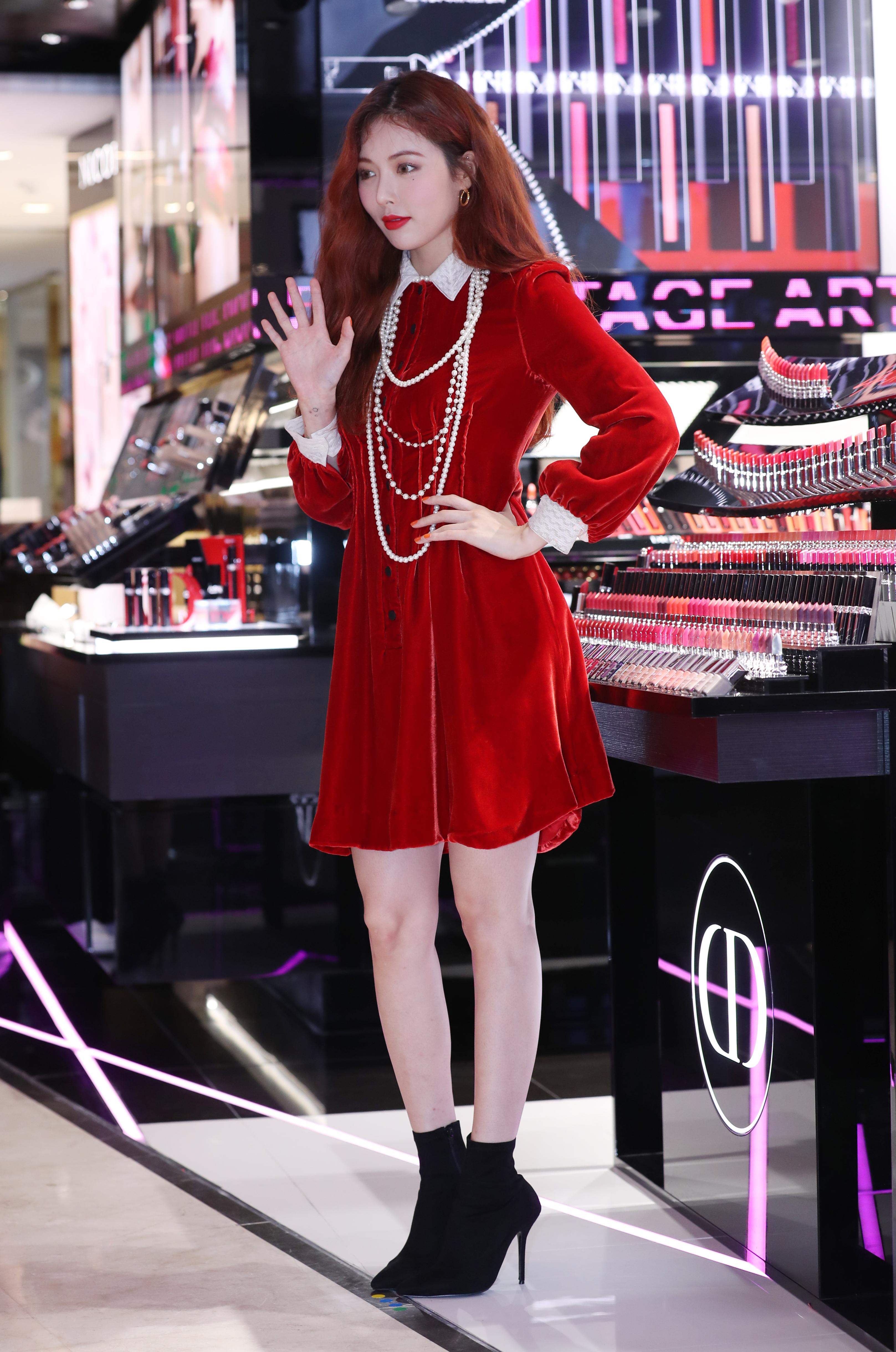 현아가 입은 벨벳 미니 드레스는 Dior