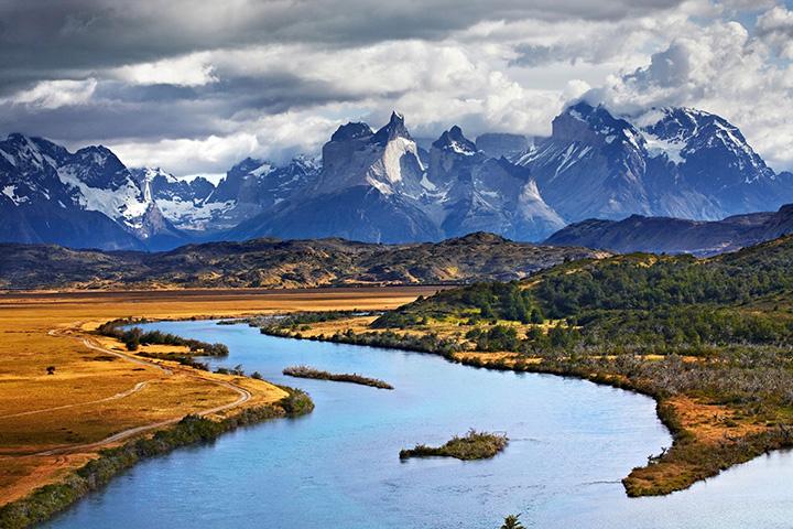 1. 칠레|런던, 멜버른을 잇는 새로운 직항 항공편이 생겼다. 칠레에는 동쪽으로 치솟은 안데스 산맥, 북쪽의 아타카마 사막 그리고 서쪽으로 펼쳐지는 태평양이 공존하고 있다. 토레스 델 파이네 국립 공원의 눈 덮인 산들은 경이로운 장관을 이룬다.