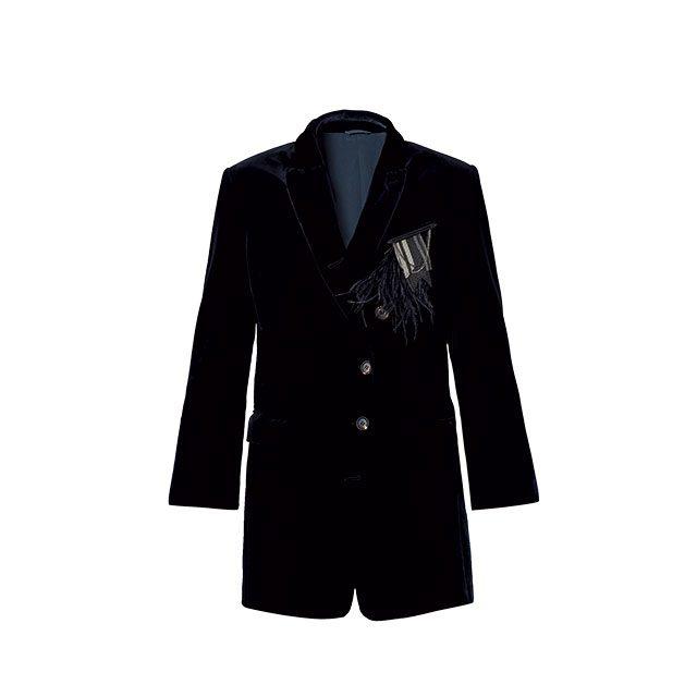 깃털과 견장 모티프 브로치가 더해진 벨벳 재킷은 5백73만원으로 Brunello Cucinelli