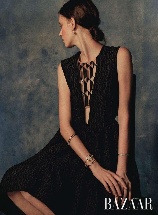 자개가 더해진 '로즈 드 방' 귀고리, 왼팔에 착용한 '로즈 드 방' 팔찌는 모두 Dior Fine Jewelry, 오른팔 맨 위에 착용한 '포제션' 팔찌는 Piaget, 뱀에서 영감을 받은 '세르펜티 인칸타티' 시계는 Bulgari, 리본 매듭을 닮은 '리앙 세시옹' 뱅글은 Chaumet, 그래픽적인 컷아웃 디테일의 드레스는 Fendi 제품.