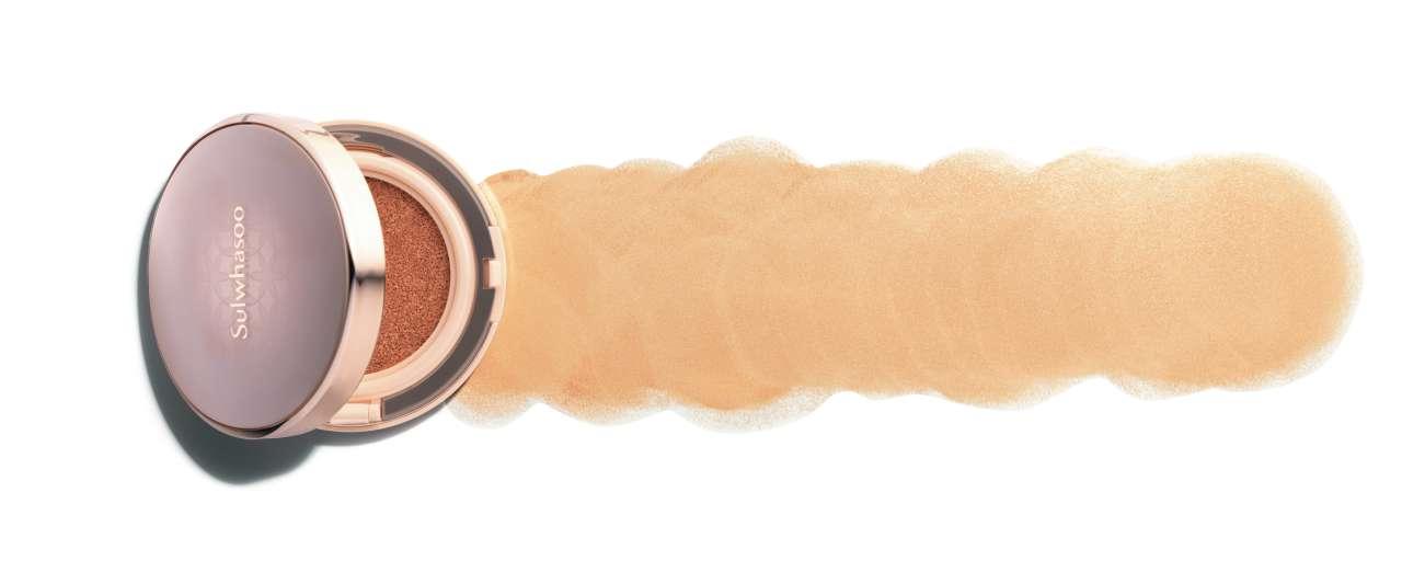 Sulwhasoo 퍼펙팅 쿠션 SPF 50+ PA+++ 피부에 보다 섬세하고 촘촘하게 밀착되는 제형으로 피부 결점을 깨끗하게 커버해주는 쿠션. 치마버섯에서 유래한 강력한 보습 성분이 피부 속을 촉촉하게 유지해준다. 6만5천원대.