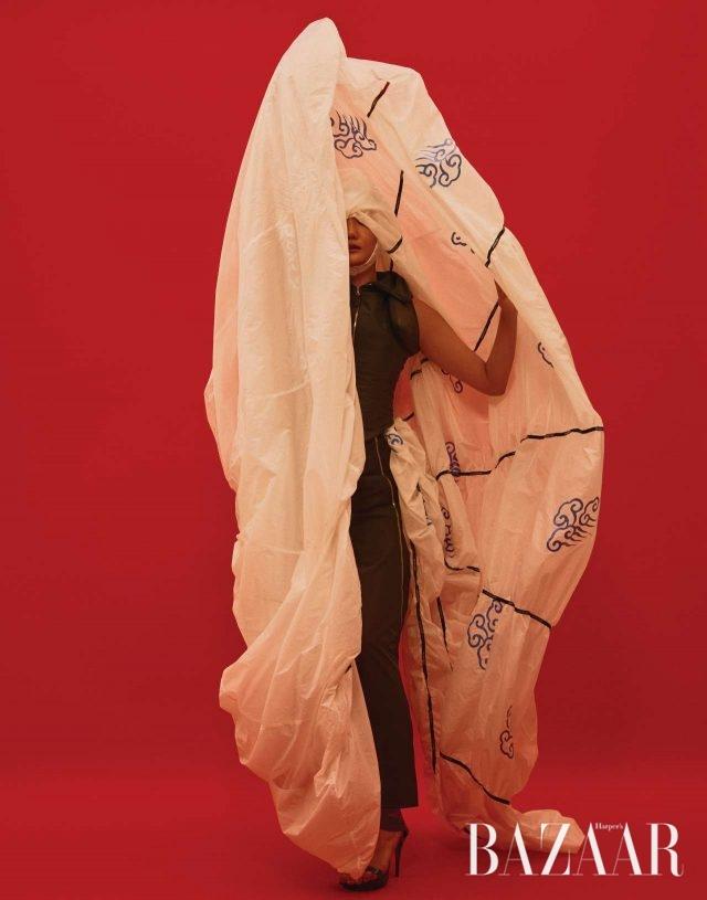 스포츠. 스포티한 감성을 덧입은 2004 S/S 시즌의 실크 소재 톱과 팬츠.모델/ 이선정 헤어/ 강현진 메이크업/ 원조연, 김민지