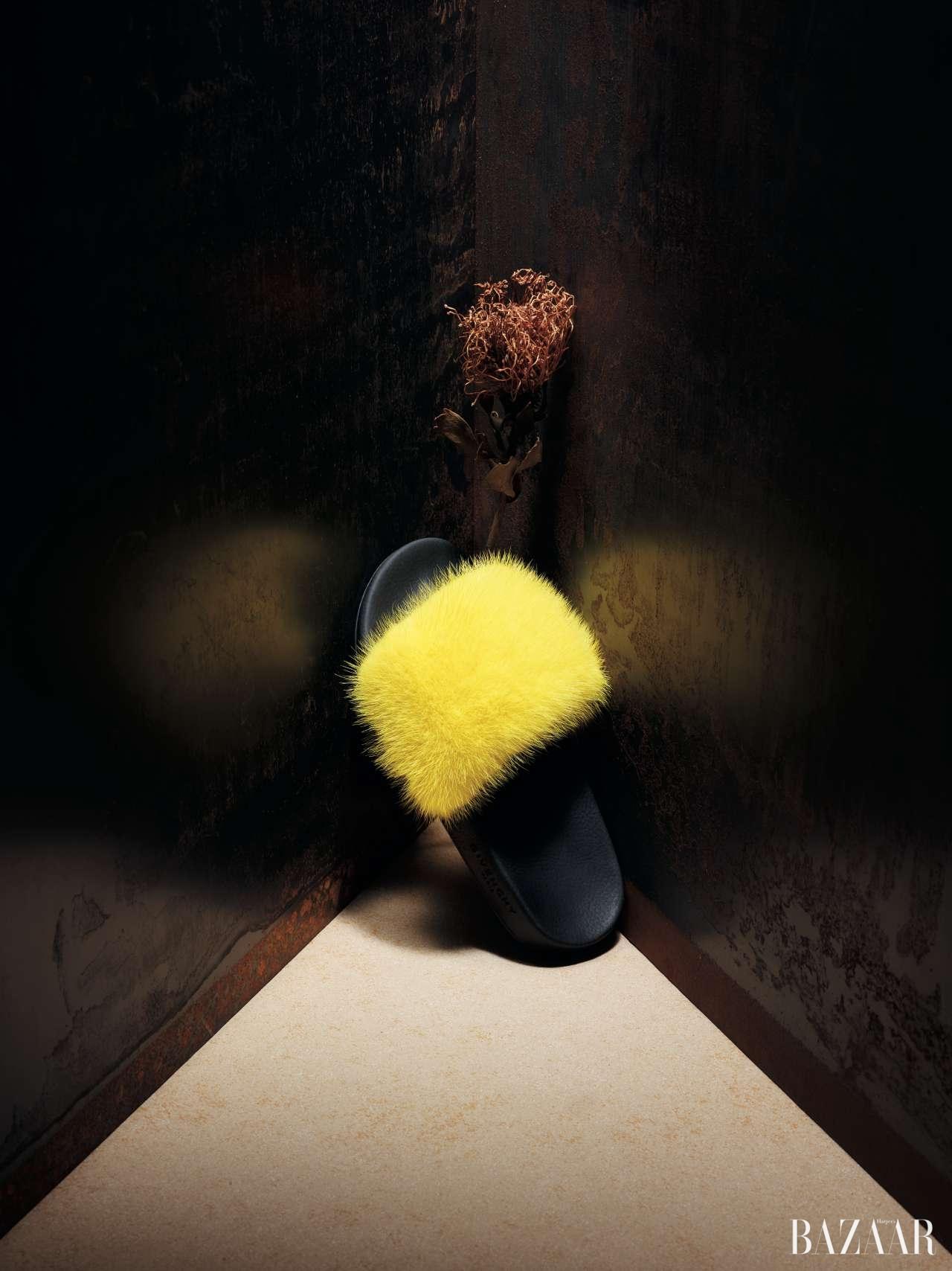 상큼한 레몬 옐로 컬러 밍크 퍼가 포인트로 가미된 슬라이드는 79만원으로 Givenchy
