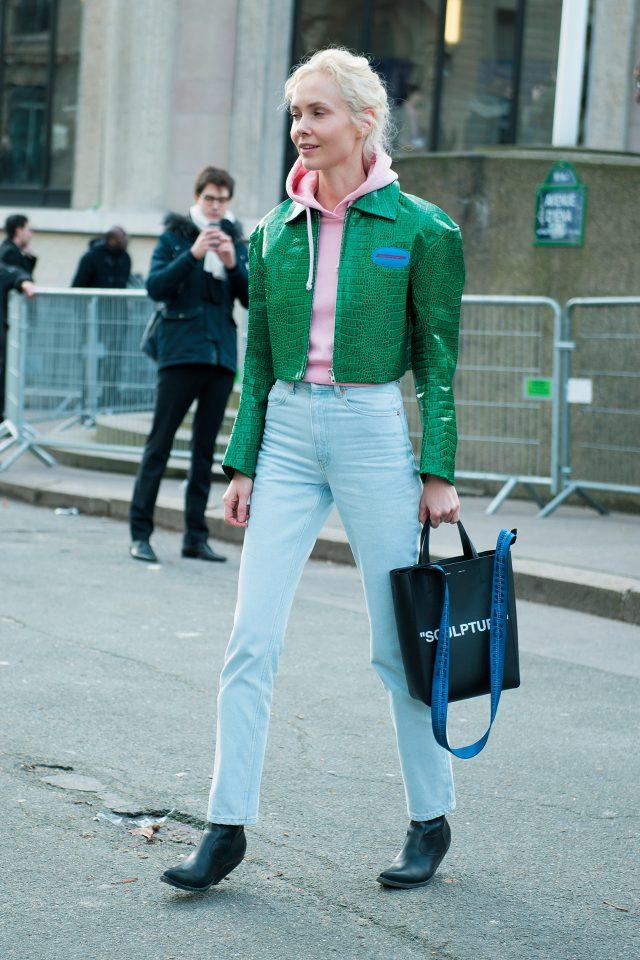 크로커다일 패턴 가죽 재킷에 산뜻한 컬러 매치가 돋보이는 스타일링을 완성했다.