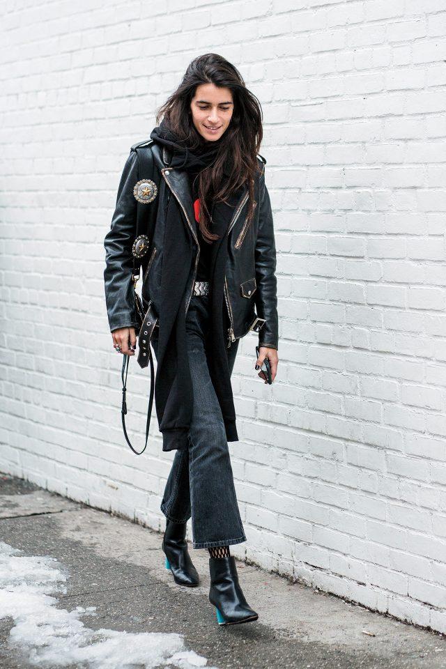 패션 블로거 시아라 토티레는 오버사이즈 가죽 재킷에 펑키한 무드의 액세서리로 스타일을 완성했다.