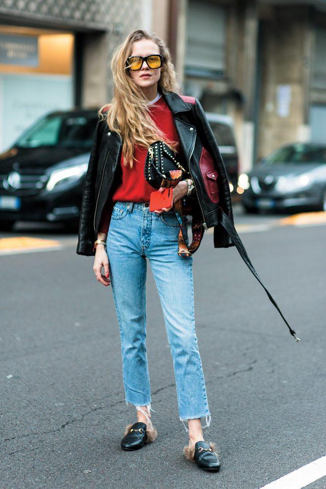 컬러 블록 디테일의 가죽 재킷에 유니크한 디테일의 액세서리를 매치했다.
